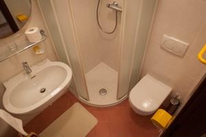 Bagno - Camera Doppia con letti singoli - Locanda Grifo, albergo a Lenno sul Lago di Como