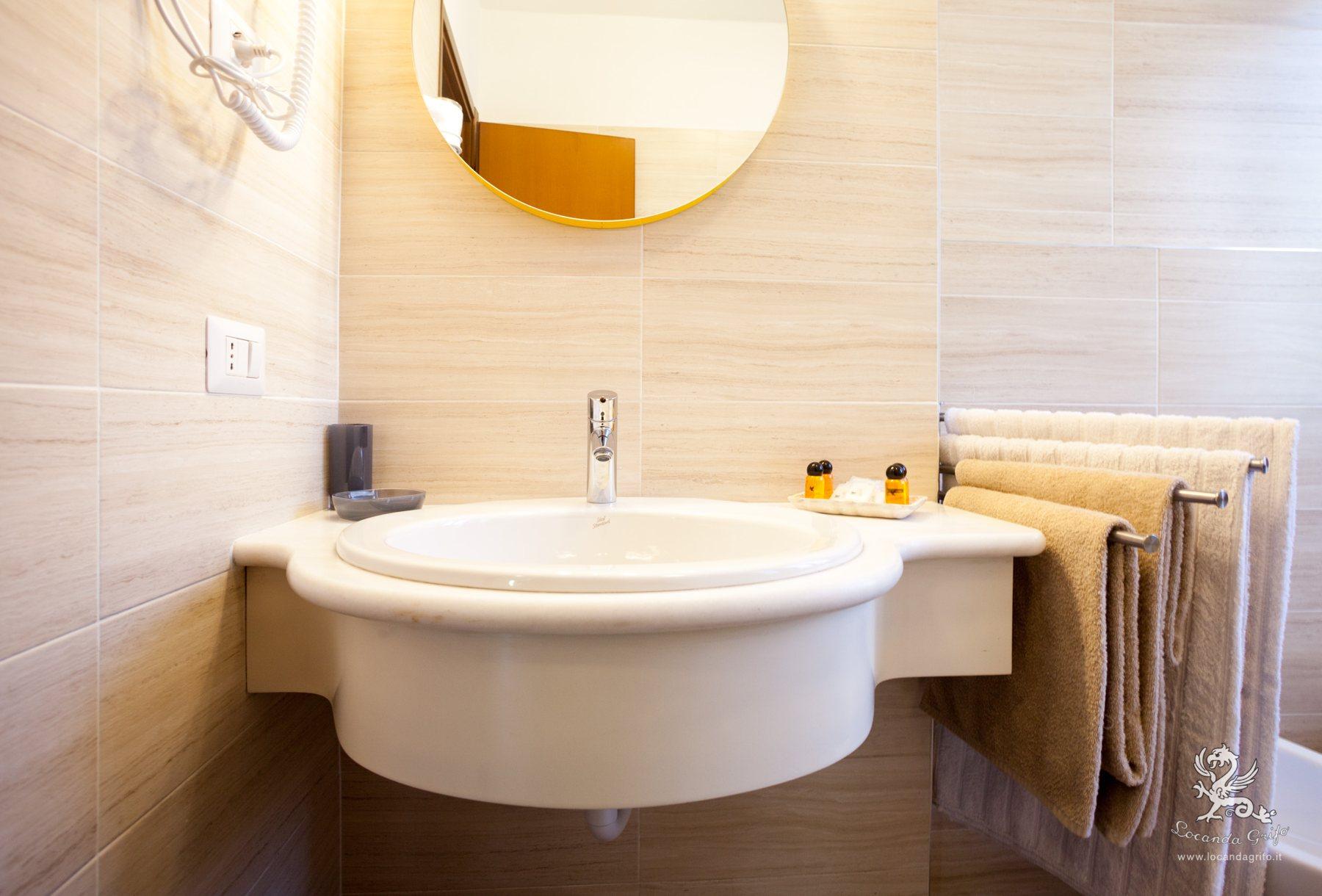 Bathroom - Triple room with double bed - Locanda Grifo, albergo a Lenno sul Lago di Como