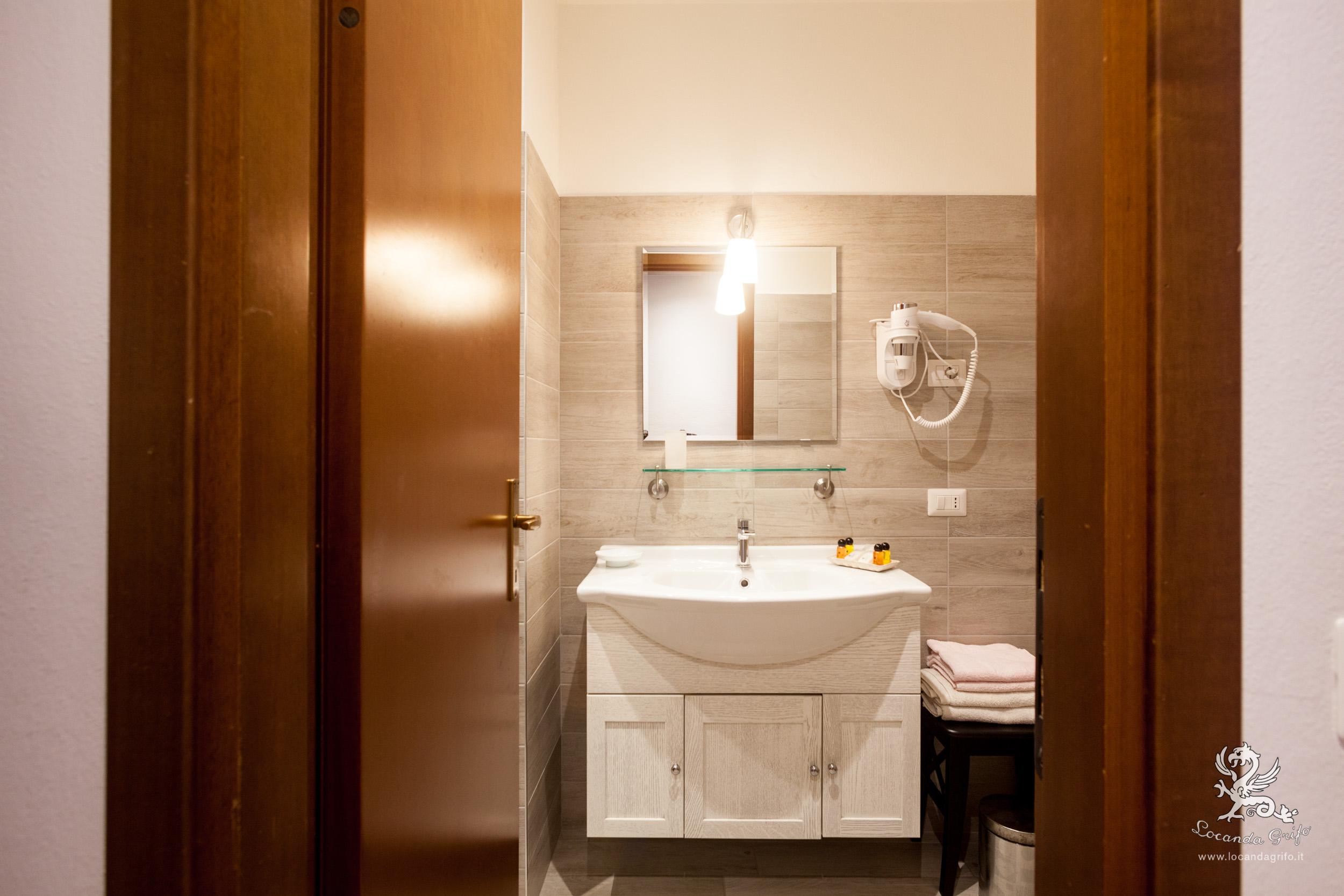 Bathroom Quadruple room - Locanda Grifo, albergo a Lenno sul Lago di Como